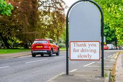阿宾公园在小径和路之间的入口标志在北安普顿英国英国 库存图片