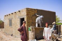 阿富汗人帮助修造村庄会议厅 免版税图库摄影