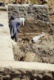 阿富汗人帮助修造灌溉运河 免版税库存图片