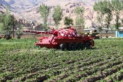 阿富汗在Bamyan市放弃了装甲车 免版税库存图片