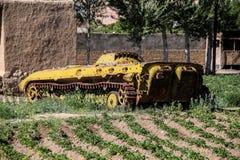 阿富汗在Bamyan市放弃了装甲车 免版税库存照片