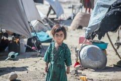 阿富汗孩子在一个遥远的难民村庄战斗的季节中 库存图片
