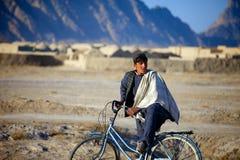 阿富汗孩子手表通过的巡逻 图库摄影
