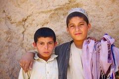 阿富汗孩子观看通过的巡逻 图库摄影