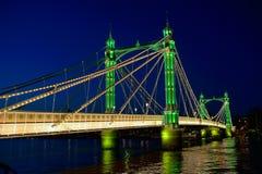 阿尔伯特桥梁,泰晤士,伦敦英国英国在晚上 图库摄影