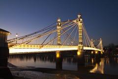 阿尔伯特桥梁, Chelsea,伦敦在晚上 免版税库存图片