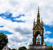 阿尔伯特纪念品在伦敦在肯辛顿庭院里位于了 图库摄影