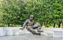 阿尔伯特・爱因斯坦纪念品,在美国国家科学院的一个古铜色雕象在华盛顿, D C 库存照片