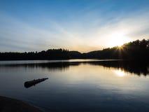 阿尔冈金省立公园喵喵叫湖晚上日落 免版税库存照片