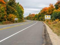 阿尔冈金省立公园在秋天秋天颜色的Hyway 60 图库摄影