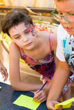 阿尔切夫斯克,乌克兰- 2017年8月3日:一个小男孩和女孩画在桌上 在视图之上 库存照片