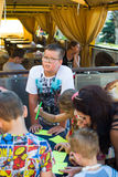 阿尔切夫斯克,乌克兰- 2017年8月3日:一个小男孩和女孩画在桌上 在视图之上 库存图片