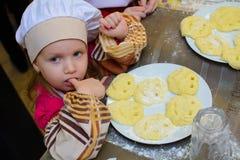 阿尔切夫斯克,乌克兰- 2018年3月11日:以厨师的形式孩子咖啡馆的学校小厨师的 免版税图库摄影