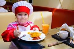 阿尔切夫斯克,乌克兰- 2018年3月11日:以厨师的形式孩子咖啡馆的学校小厨师的 免版税库存图片