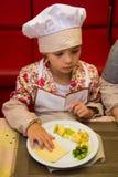 阿尔切夫斯克,乌克兰- 2017年10月15日:孩子的学校厨师咖啡馆的 准备果子薄饼 免版税图库摄影