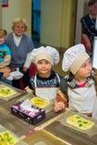 阿尔切夫斯克,乌克兰- 2017年10月15日:孩子的学校厨师咖啡馆的 准备果子薄饼 库存图片
