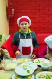 阿尔切夫斯克,乌克兰- 2017年10月15日:孩子的学校厨师咖啡馆的 准备果子薄饼 免版税库存图片