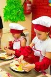 阿尔切夫斯克,乌克兰- 2017年9月17日:孩子的学校厨师 薄饼准备 库存照片