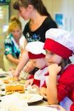 阿尔切夫斯克,乌克兰- 2017年9月17日:孩子的学校厨师 薄饼准备 库存图片