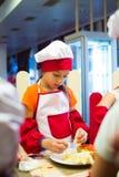 阿尔切夫斯克,乌克兰- 2017年9月17日:孩子的学校厨师 薄饼准备 免版税库存图片