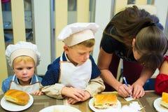 阿尔切夫斯克,乌克兰- 2017年9月17日:孩子的学校厨师 薄饼准备 免版税库存照片
