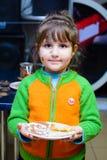 阿尔切夫斯克,乌克兰- 2018年2月17日:有被绘的面孔的孩子装饰薄煎饼用果酱 库存照片