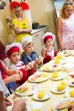 阿尔切夫斯克,乌克兰- 2017年7月16日:儿童` s在烹调土豆的大师类在烤箱用火腿和乳酪 库存照片