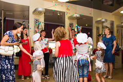 阿尔切夫斯克,乌克兰- 2017年7月16日:儿童` s在烹调土豆的大师类在烤箱用火腿和乳酪 免版税库存照片