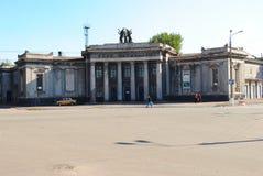阿尔切夫斯克,乌克兰- 2010年10月14日:前戏院Metallurg的大厦- 1950年 免版税库存照片