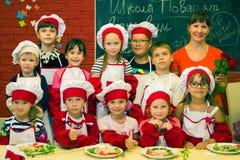 阿尔切夫斯克,乌克兰- 2017年7月30日:孩子的学校厨师 学会烹调面团用香肠 库存照片