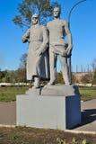 阿尔切夫斯克,乌克兰- 2010年10月14日:雕刻的小组冶金师,战斗机在苏联电源1973年 免版税库存照片