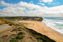 阿尔加威:冲浪者海滩普腊亚在Aljezur附近的Monte Clerigo,肋前缘Vicentina,葡萄牙 免版税图库摄影