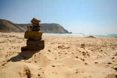 阿尔加威:在冲浪者海滩普腊亚的石石标在萨格里什附近做Castelejo,并且维拉做Bispo,葡萄牙 免版税库存照片