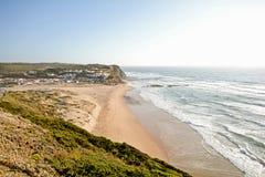 阿尔加威:在冲浪者海滩普腊亚在Aljezur,葡萄牙附近的Monte Clerigo的日落 库存图片