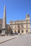 阿尔勒方尖碑和城镇厅在Place de la RA©publiquee,法国 免版税库存图片