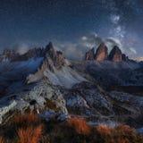 阿尔卑斯与夜空和Mliky方式, Tre Cime d的山风景 库存图片