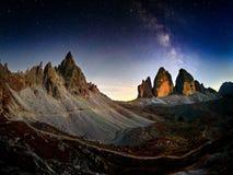 阿尔卑斯与夜空和Mliky方式Tre Cime di Lavaredo的山风景 免版税库存照片