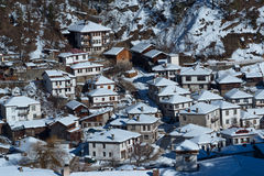 阿尔卑斯包括房子场面小的雪瑞士冬天森林 在一个晴朗的冬日期间,保加利亚的Shiroka Laka村庄 库存图片