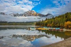 阿尔卑斯吹的d凹痕herens山饰以羽毛放出山顶瑞士冬天的金字塔雪 图库摄影