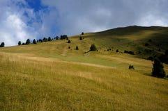 阿尔卑斯和白云岩山在一多云天 免版税库存照片