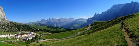 阿尔卑斯和草甸和白云岩山美妙的全景  免版税库存照片