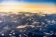 阿尔卑斯在日出期间的冬天从空气 库存照片