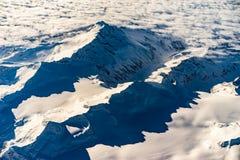 阿尔卑斯在日出期间的冬天从空气 免版税库存图片