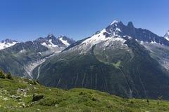 阿尔卑斯在6月 勃朗峰断层块的看法 免版税库存照片