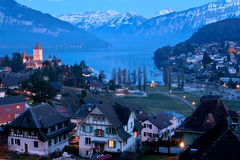 阿尔卑斯城堡晚上场面spiez 免版税图库摄影