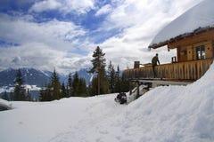 阿尔卑斯奥地利瑞士山中的牧人小屋 免版税库存图片