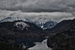 阿尔卑斯山和湖在与雪的一冷的天 图库摄影