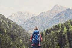 阿尔卑斯山的年轻女人旅客 旅行和活跃生活方式概念 库存照片