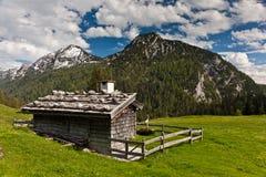 阿尔卑斯瑞士山中的牧人小屋 库存照片
