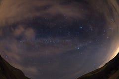 从阿尔卑斯的满天星斗的天空,观看由全天相镜头 免版税库存图片
